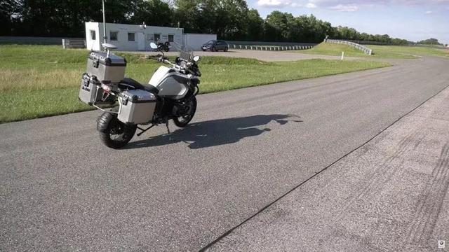 贝斯特全球最奢华娱乐_宝马公司打造了一辆自动驾驶的摩托车,用于改善安全系统