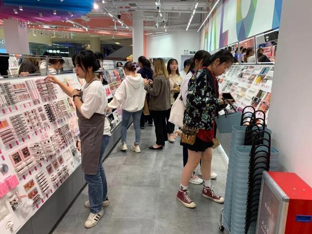 名创优品明年开三百家店,8000个SKU,就为卖爆这些产品