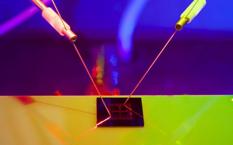 新的电子芯片提供更智能的,光动能的AI技术