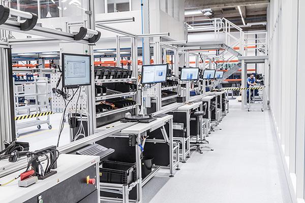 研强科技工业平板电脑PPC-YQ121T在智能制造MES系统中的应用